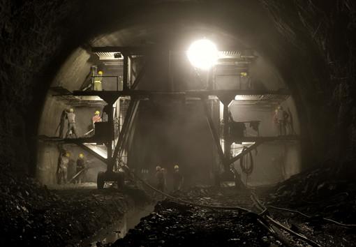 隧道里的太阳和云雾