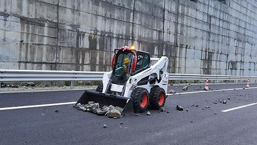 汶马公司理县管理处成功处置一起因落石导致交通中断自然灾1.jpg